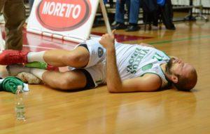 Marco Lazzaro a Terra dopo l'infortunio alla caviglia. Nel secondo tempo nonostante il dolore ha voluto giocare.